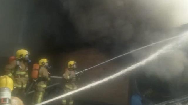 仓库起火浓烟遮天,消防扑救3小时
