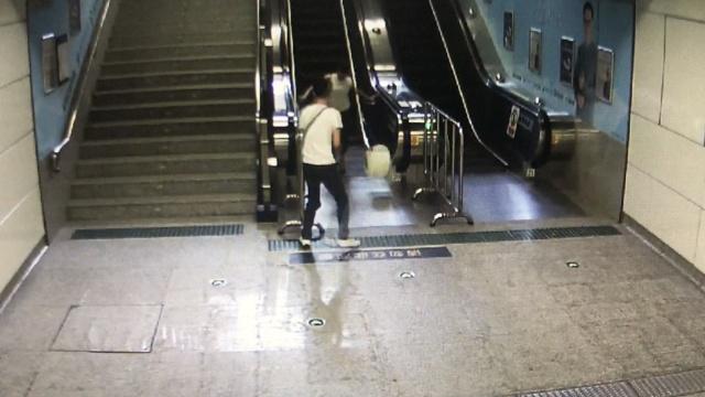 女子乘扶梯,背后滚来50斤大桶砸脚