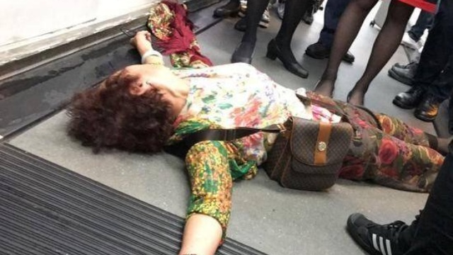 香港飞北京航班延误,大妈躺地抗议