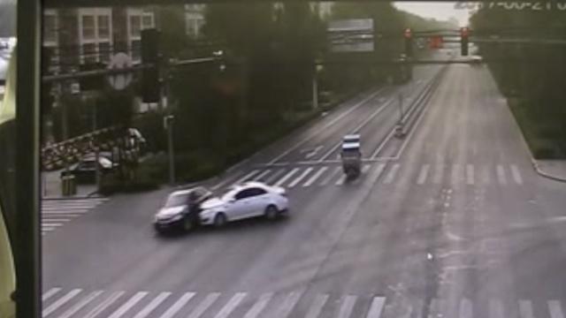 司机走神闯红灯,路口被车拦腰撞上