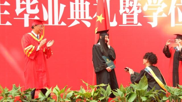 男生毕业典礼上求婚,校长拍手鼓励