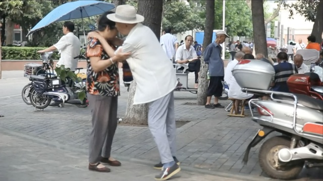 两位老人的爱情:你不能走我扶你
