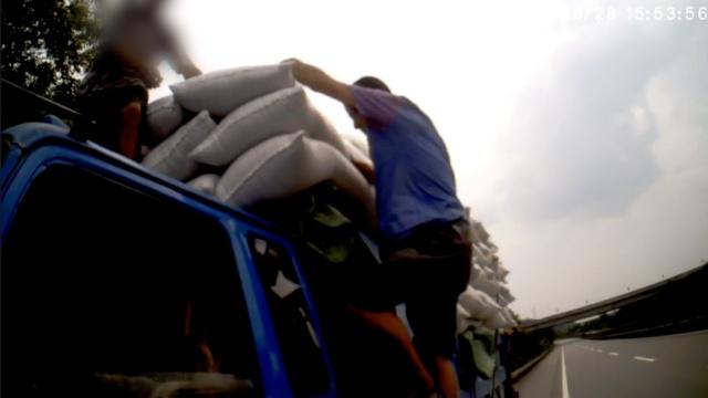货车高速载7人疾驰,车厢2人