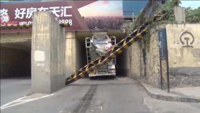 偷懒走捷径!半月2罐车被卡限高杆