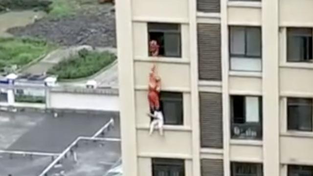 学生跳楼,消防员空降一脚将其踹回
