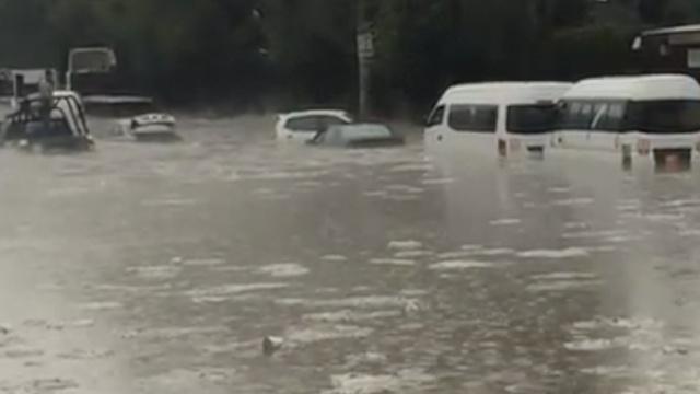 墨西哥排水设施落后,城市积雨成河