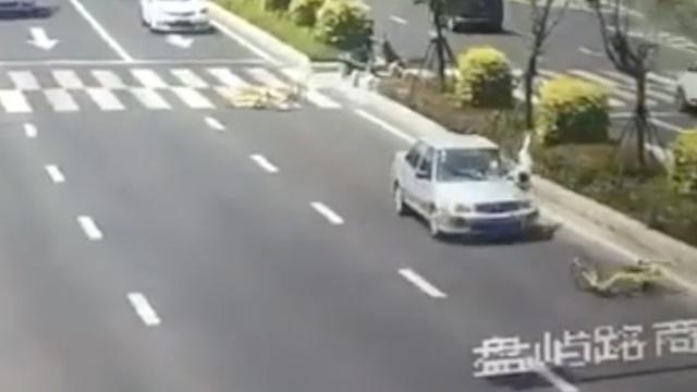 监拍:男童骑共享单车穿马路,被撞飞