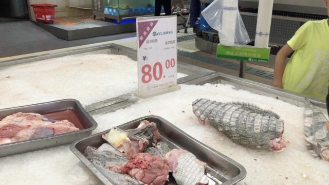 超市卖鳄鱼肉,活体宰杀内脏也卖