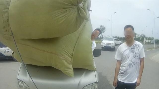 开挂!车头挂满货物,司机一路