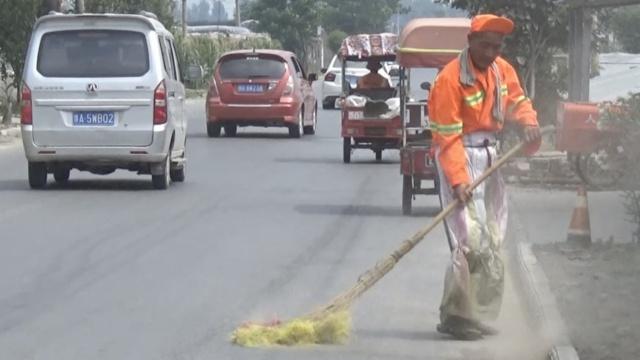 高温下扫街,68岁大爷称:换社会整洁