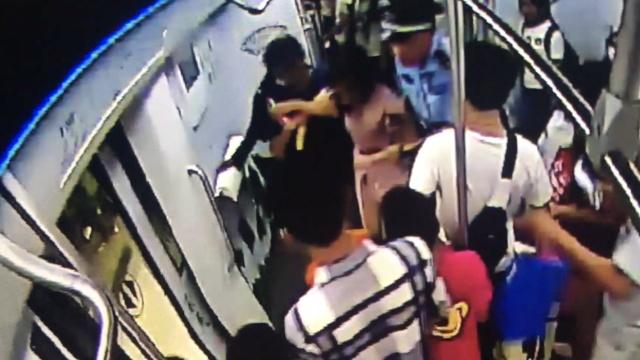 女人醉酒呕吐视频_地铁上有人醉酒呕吐,她用纸巾清理_微辣Video-梨视频官网-Pear Video