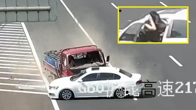 90后女司机变道撞货车,双手捂耳朵