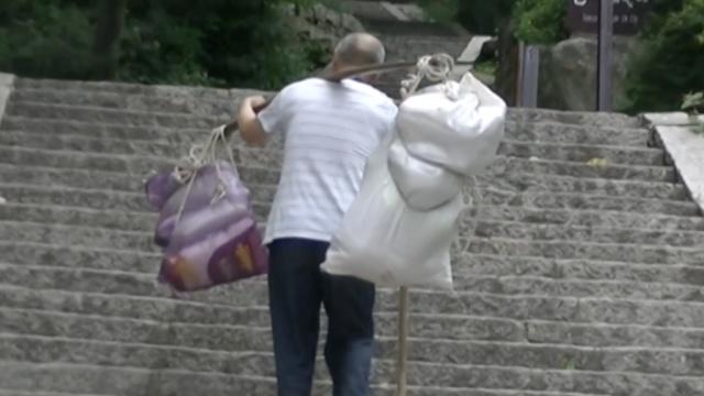 7旬老人担百斤菜爬2千米山,1斤3毛