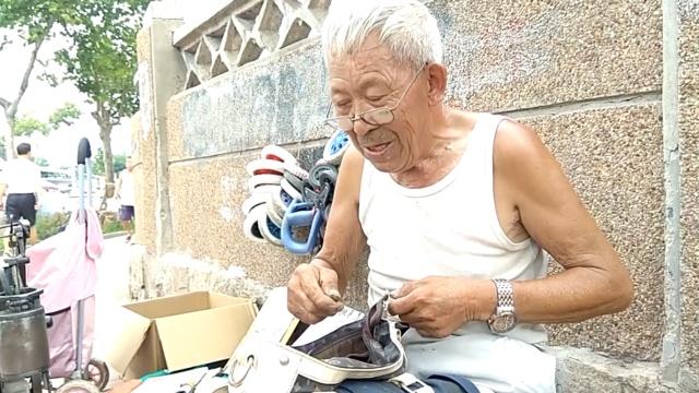 打工爷爷 | 老人修鞋50年:闲不住