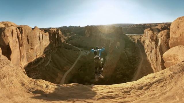 跳伞:他纵身一跃坠入深深的山谷