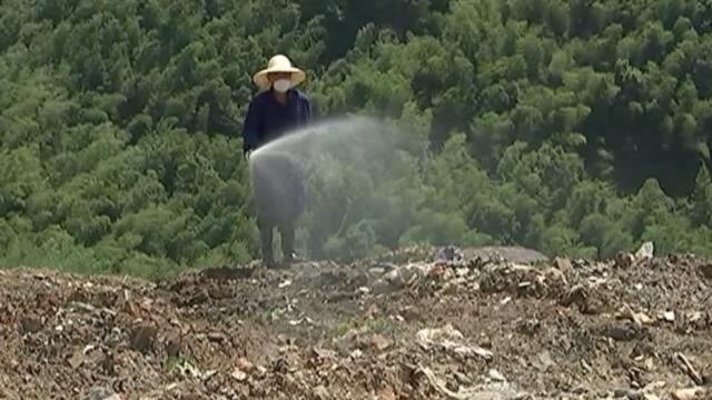 他不顾高温恶臭,与千吨垃圾