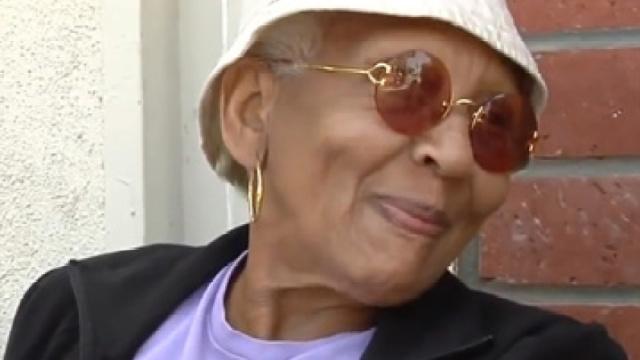 """86岁""""神偷奶奶""""在沃尔玛行窃被抓"""