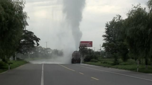 载29吨双氧水罐车泄漏,喷4米高气体