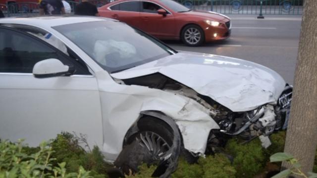 奥迪闯红灯怒撞小车,司机弃车逃逸