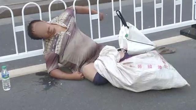 流浪汉中暑呕吐不止,市民急打120