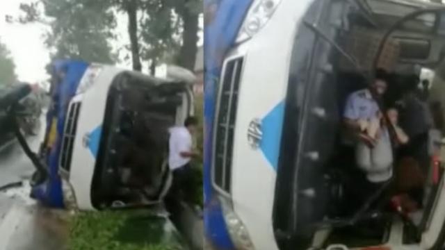 客车爆胎侧翻,城管接力抱出伤员