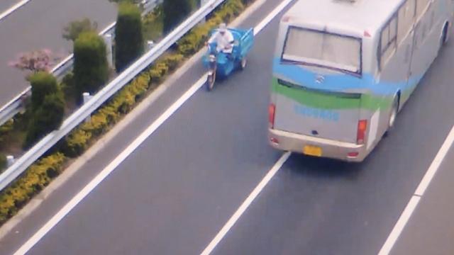 吓人!老人骑电三轮,高速超车道逆行