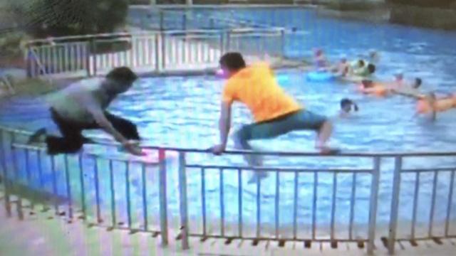 3岁娃戴泳圈突然翻倒,保安跳水救人