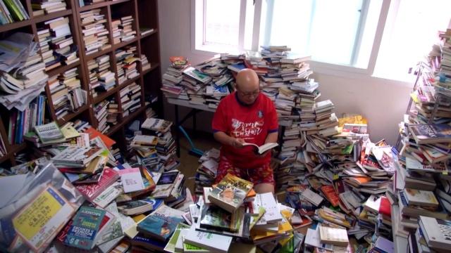 这位韩国大叔每天读五百本书!