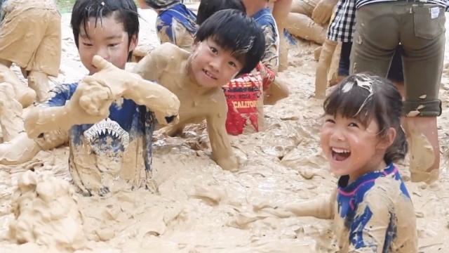 儿童玩泥巴,要全身都栽进去才痛快
