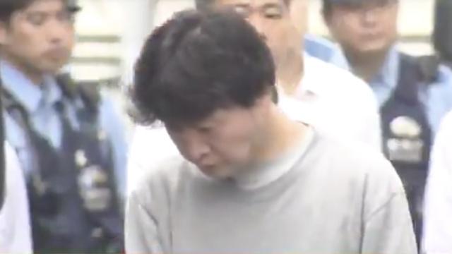 变态!日本一男子往女生屁股倒体液
