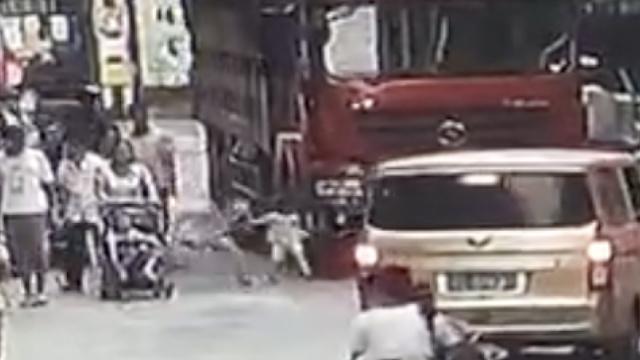 痛心!4岁女童冲向车前,母亲没拉住