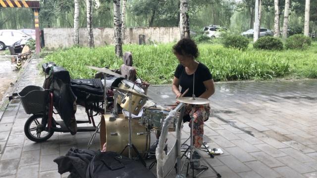 最孤独女鼓手,桥下打鼓六年如一日