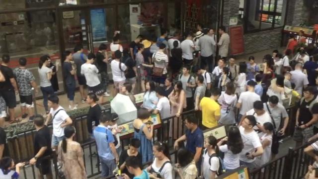 嘿,重庆索道!游客酷暑排长队体验
