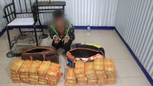 男子骑摩托运毒,俩旅行包藏毒70斤