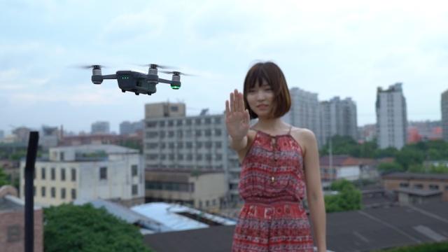 自拍神器2.0:巴掌大小 掌控飞行