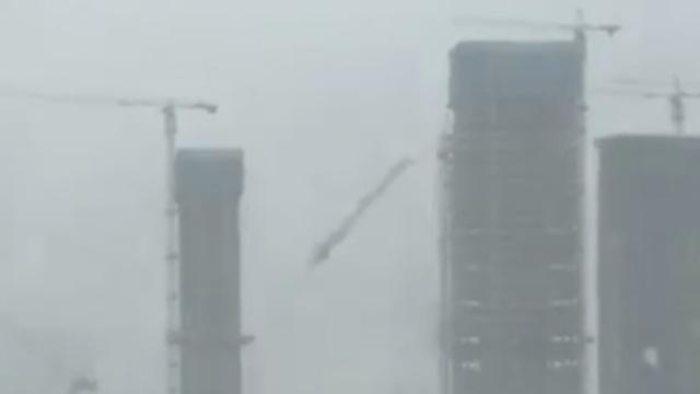 强台风登陆珠海,吹飞塔吊掀起巨浪