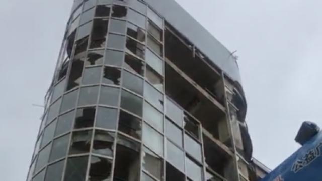 台风袭珠海,这大楼被吹成了马蜂窝
