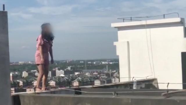 聋哑女被婆婆殴打,爬上18楼欲轻生