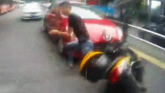 男子毒驾遇交警,扔下车子撒腿就跑
