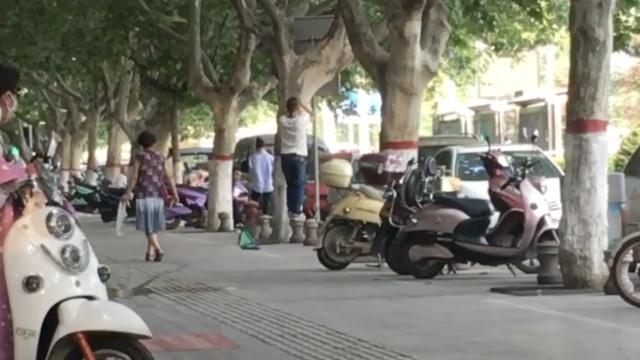 他为见前妻一面,街边树上拴绳上吊