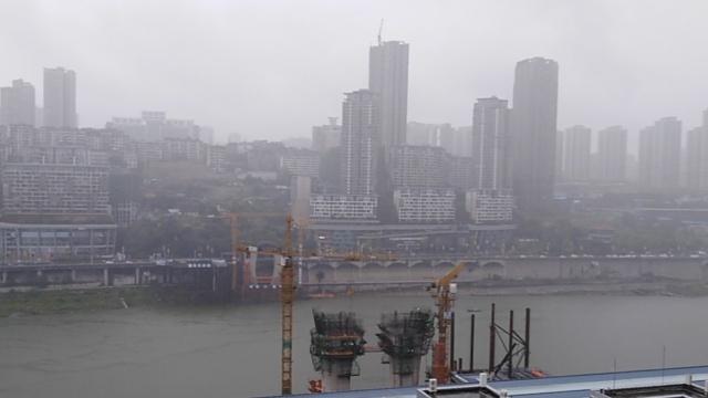 远眺雨中北滨路,半江平静半江雾