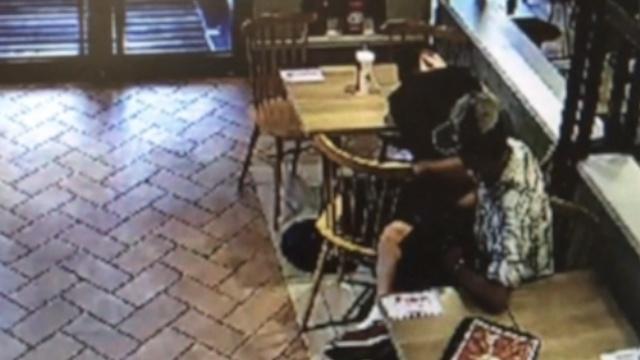 监控:他KFC睡觉包被偷,店员骂活该