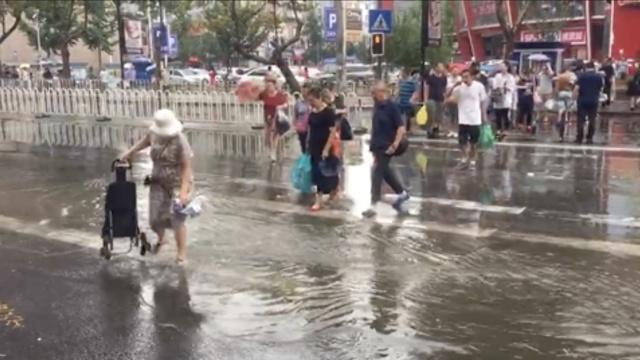 青岛突然狂风暴雨:伞控制不住自己