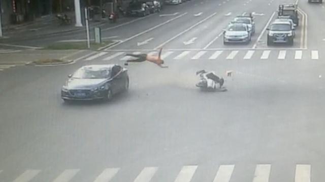 监拍:无牌摩托闯红灯,驾驶员被撞飞