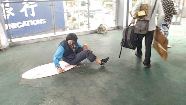 男子自称患重病街头乞讨,有人接送