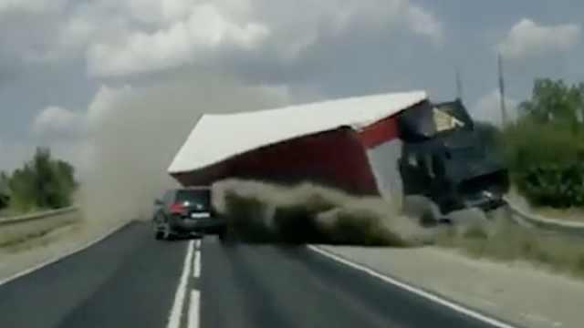SUV躲过一失控卡车,后面又来一辆