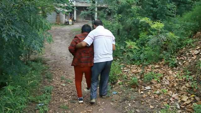 农民带妻子治病,想让老伴多活30年