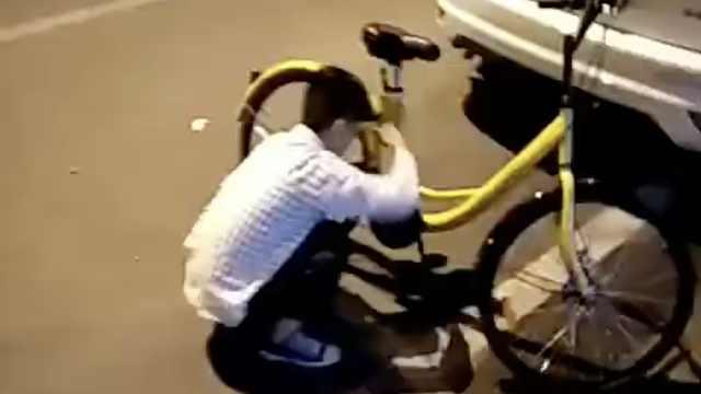 深夜遇损坏共享单车,小伙义务修理