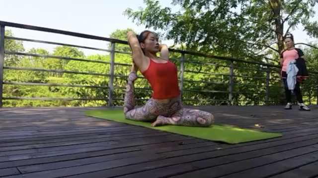 瑜伽美女为娃回重庆,露天免费教学