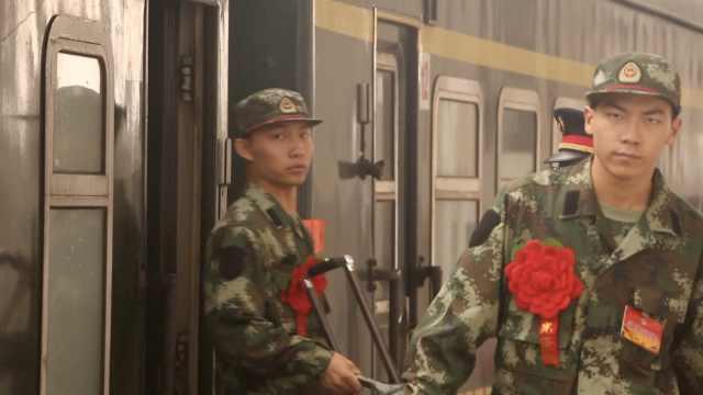 武警部队迎新,新兵小鲜肉拎包入伍